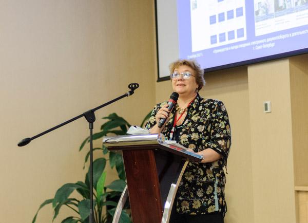 Наталья Храмцовская на конференции в Петербурге. На трибуне